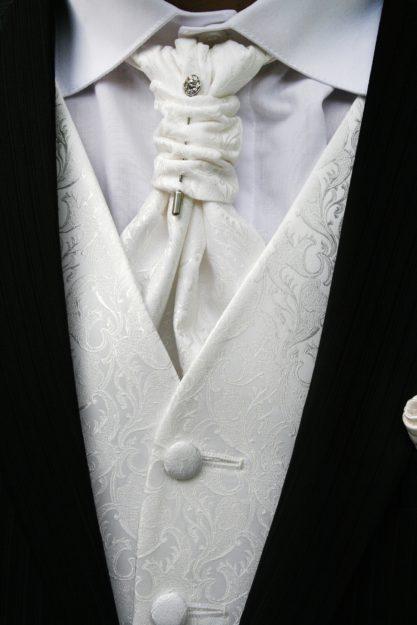 Jak dobrać kamizelkę do ślubnego garnituru