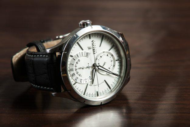 Modny zegarek do ślubnego garnituru